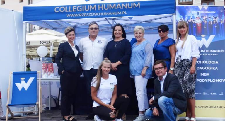 """Piknik Collegium Humanum """"Bezpieczne wakacje"""" wRzeszowie"""